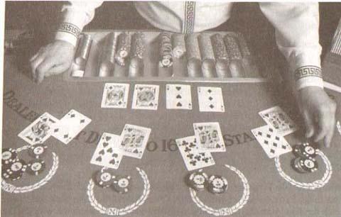 Der Croupier bebt den Vorgang - Black Jack Spiel im Kasino4